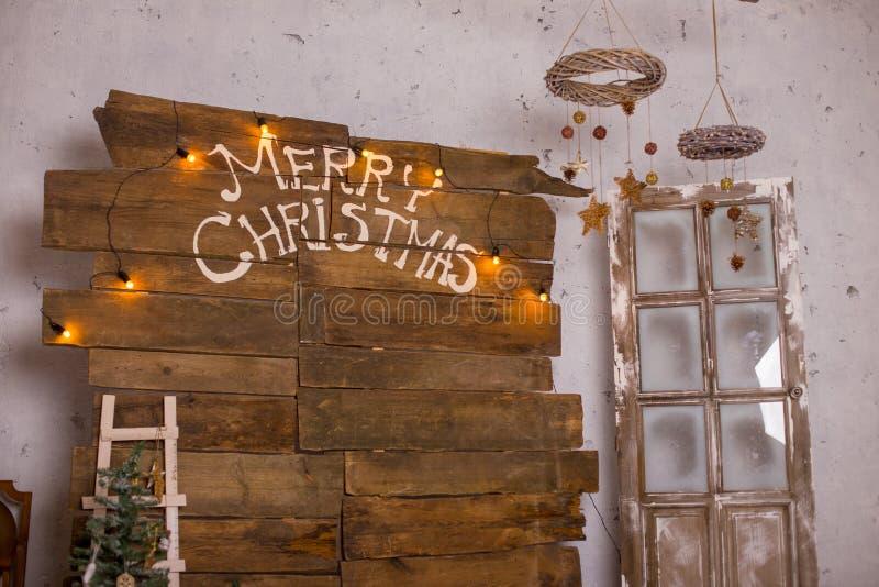La decoración de la Navidad con la chuchería de la Navidad y la vela para el advenimiento sazonan cuatro velas de quema fotografía de archivo