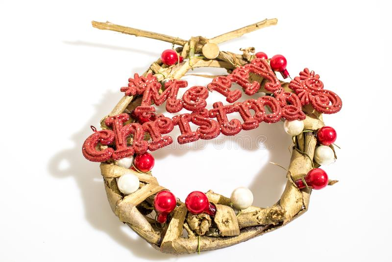 La decoración de la Navidad, guirnalda con Feliz Navidad roja escribe el aislador fotos de archivo