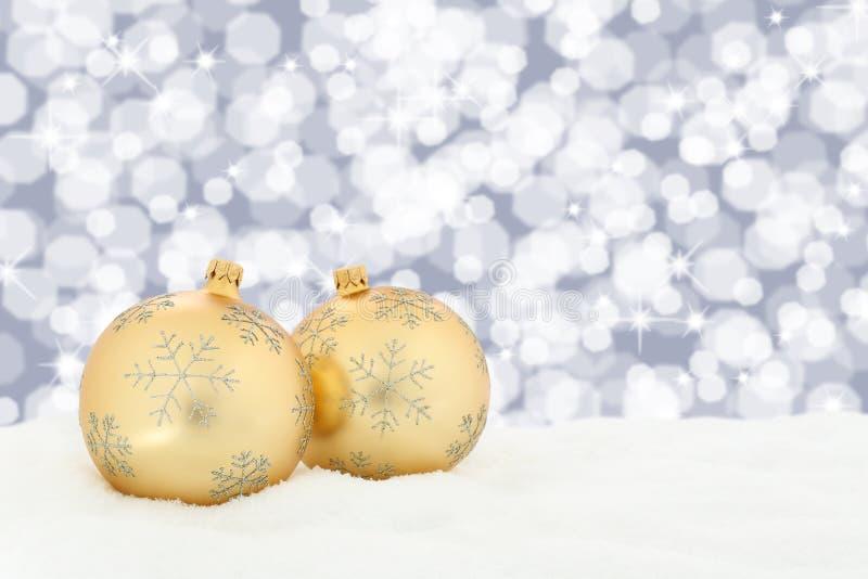 La decoración de oro del fondo de las bolas de la Navidad con nieve se enciende imágenes de archivo libres de regalías