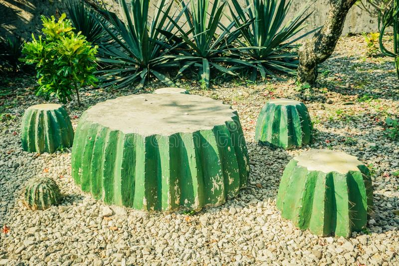 La decoración de la silla hecha de bloque del cemento parece un verde del cactus - foto foto de archivo libre de regalías