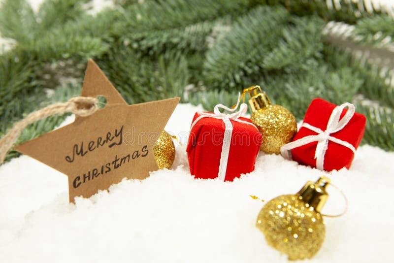 La decoración del Año Nuevo, bolas de la Navidad y regalos en la nieve blanca, primer fotos de archivo