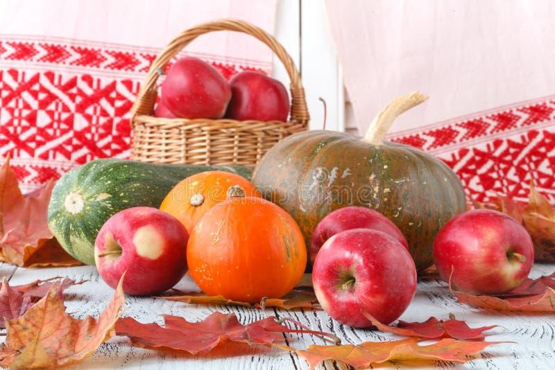 La decoración del otoño arregló con las hojas, las calabazas y más secos fotografía de archivo libre de regalías