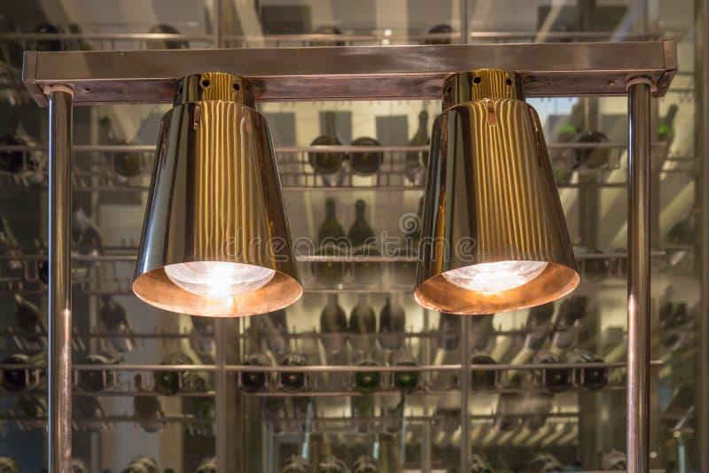 La decoración interior del restaurante, dos luces colgantes iluminó o fotografía de archivo libre de regalías