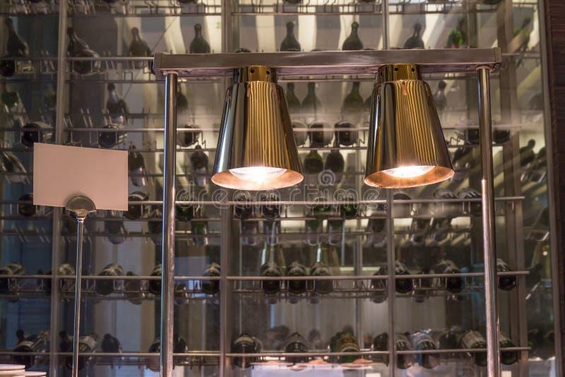 La decoración interior del restaurante, dos luces colgantes iluminó o fotos de archivo libres de regalías