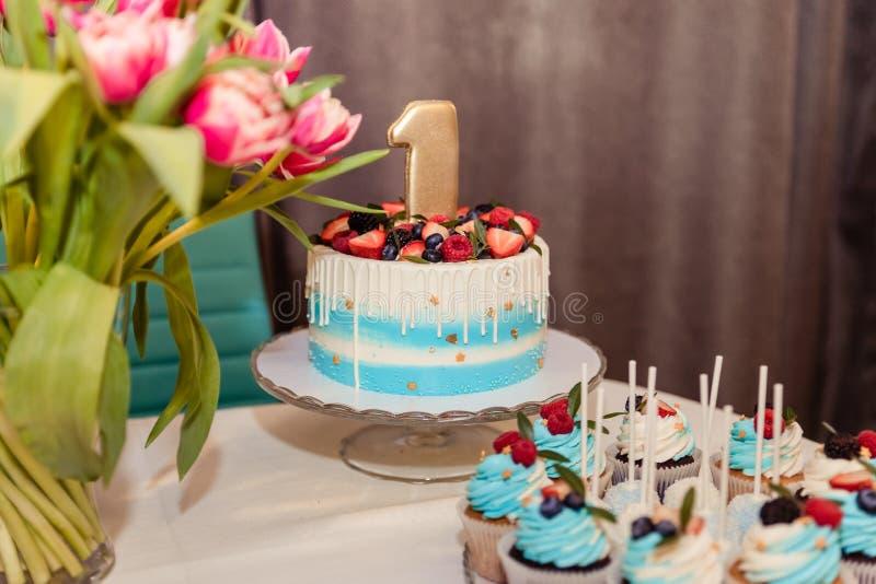 La decoración interior para un cumpleaños del niño de los niños es un año Caramelo, macarrones Datación del aniversario una celeb fotografía de archivo libre de regalías