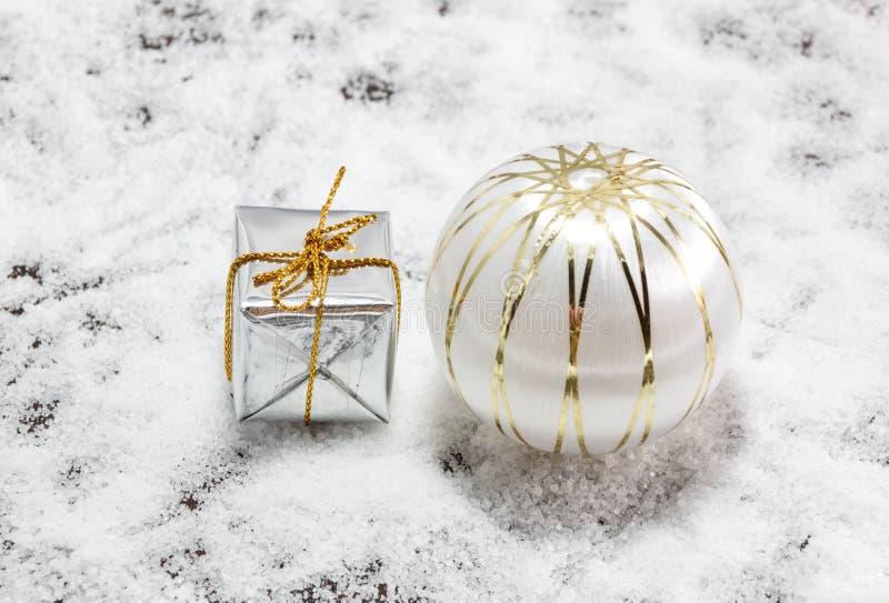 La decoración y la nieve de la Navidad falsifican en el fondo de madera imagen de archivo libre de regalías