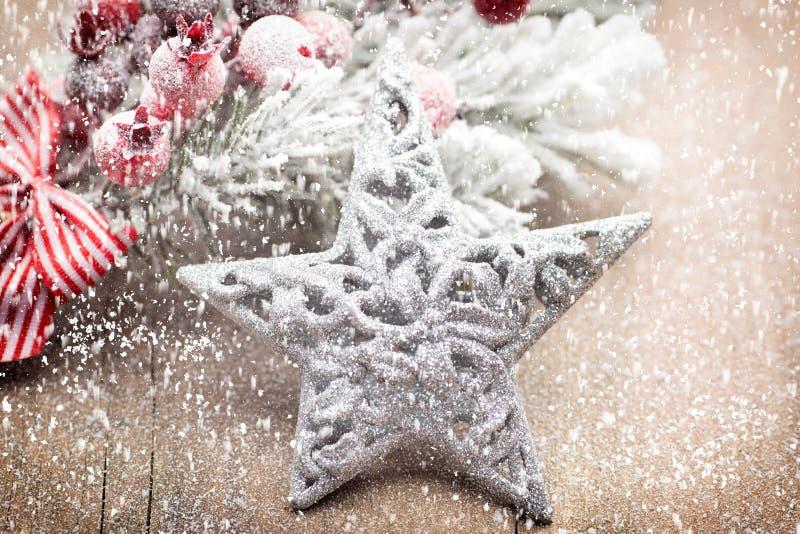 La decoraci?n de la Navidad con el abeto ramifica en el fondo de madera imagen de archivo libre de regalías
