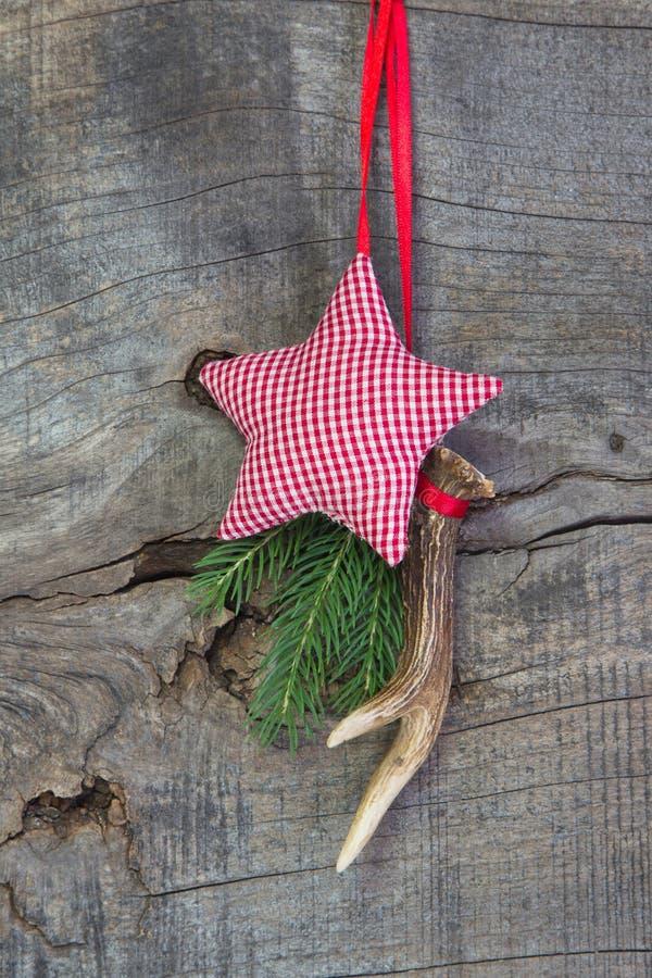 La decorazione classica di natale con il corno ed il bianco rosso ha controllato la s immagine stock libera da diritti