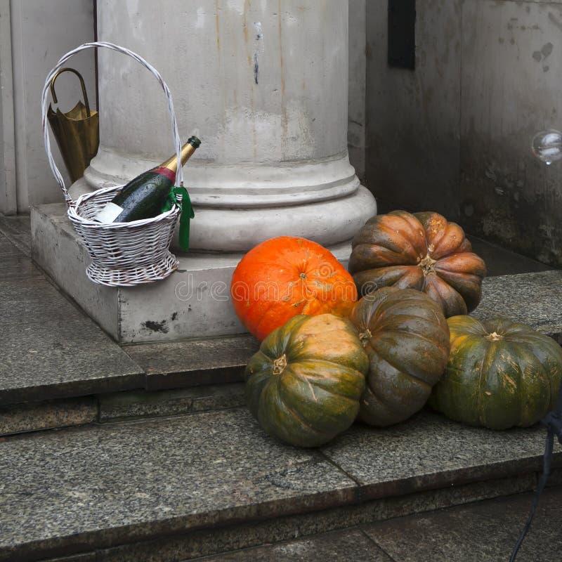 La decorazione dell'entrata al ristorante su Halloween Champagne nel canestro e nella zucca all'entrata fotografie stock libere da diritti