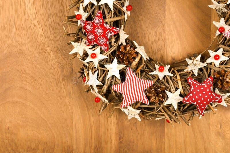 La decorazione della corona di Natale bianca ed il rosso Stars il tessuto P del percalle immagini stock