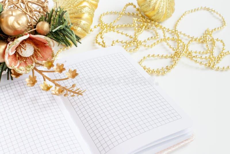 La decorazione di lusso romantica del nuovo anno e di Natale, le palle dorate, perle, ha aperto il pianificatore del giorno, sull immagine stock