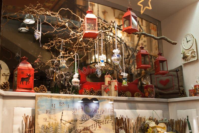 La decorazione di Natale montra nel negozio di regalo immagine stock libera da diritti