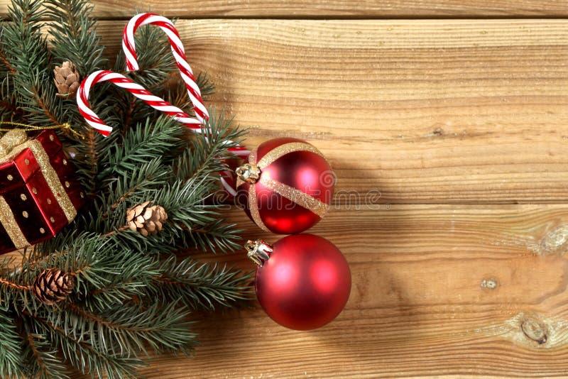 la decorazione di natale su un bordo di legno con lo spazio della copia per voi manda un sms a immagine stock
