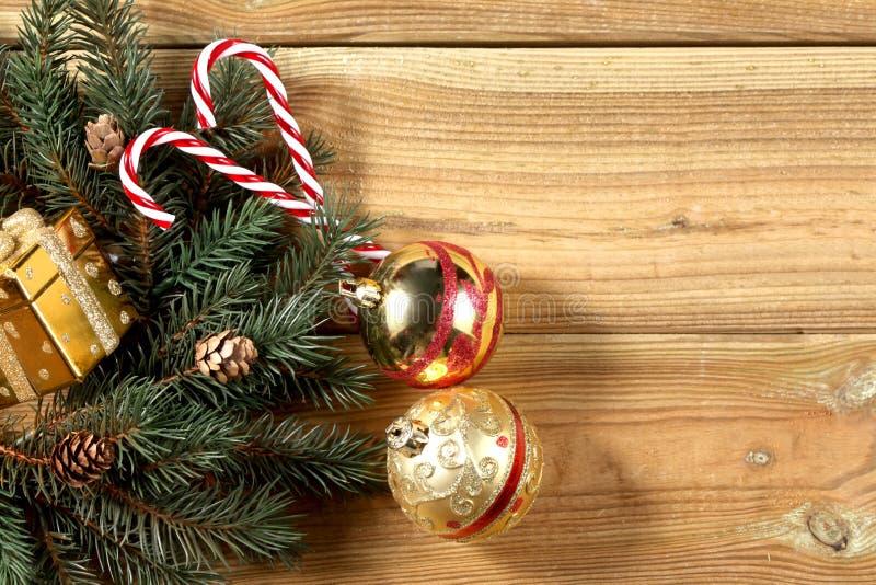 la decorazione di natale su un bordo di legno con lo spazio della copia per voi manda un sms a immagini stock