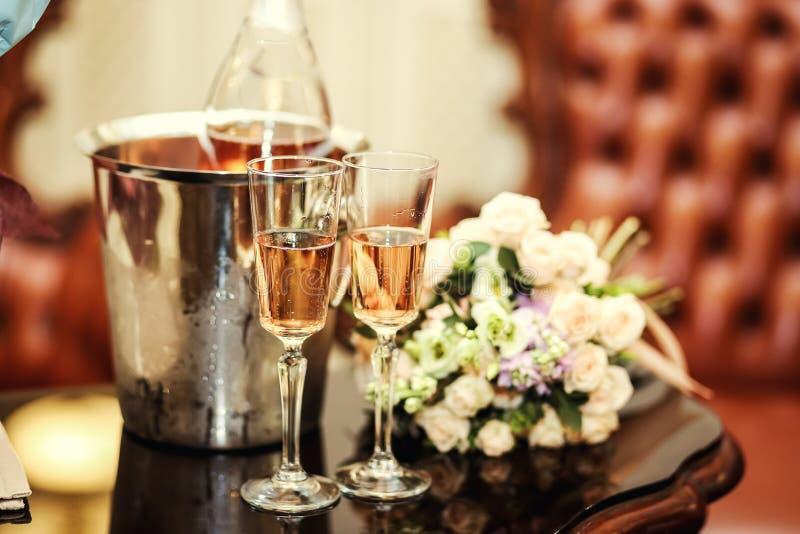 La decorazione di nozze con due vetri di champagne su cerimonia, wed fotografie stock