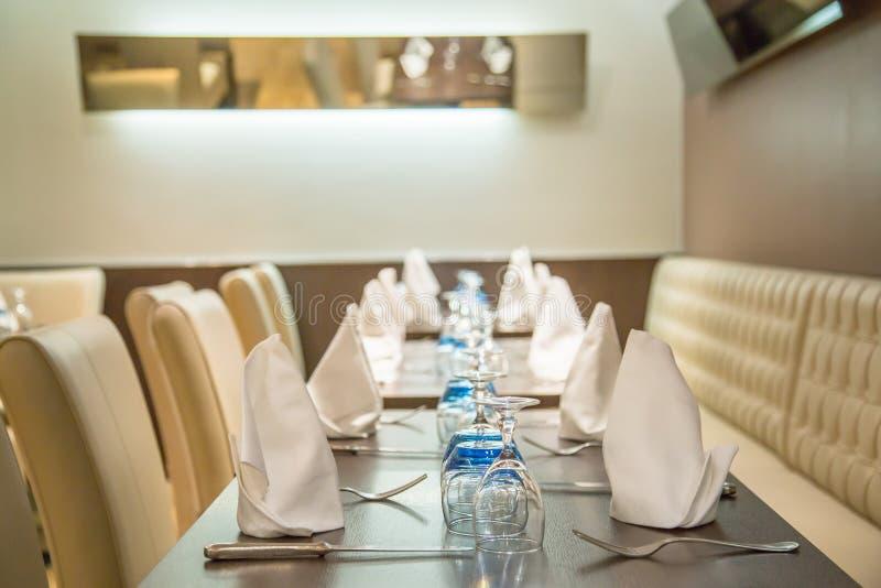 La-defensie, Frankrijk - Juli 17, 2016: De mooie gediende lijst in luxerestaurant in een groot traditioneel Frans restaurant in L stock afbeeldingen