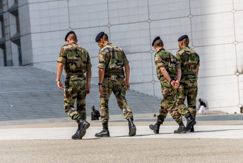La-defensie, Frankrijk - MAI 12, 2007: Franse militaire die patrouille aan het toezicht op een bedrijfsdistrict dichtbij Parijs w royalty-vrije stock foto