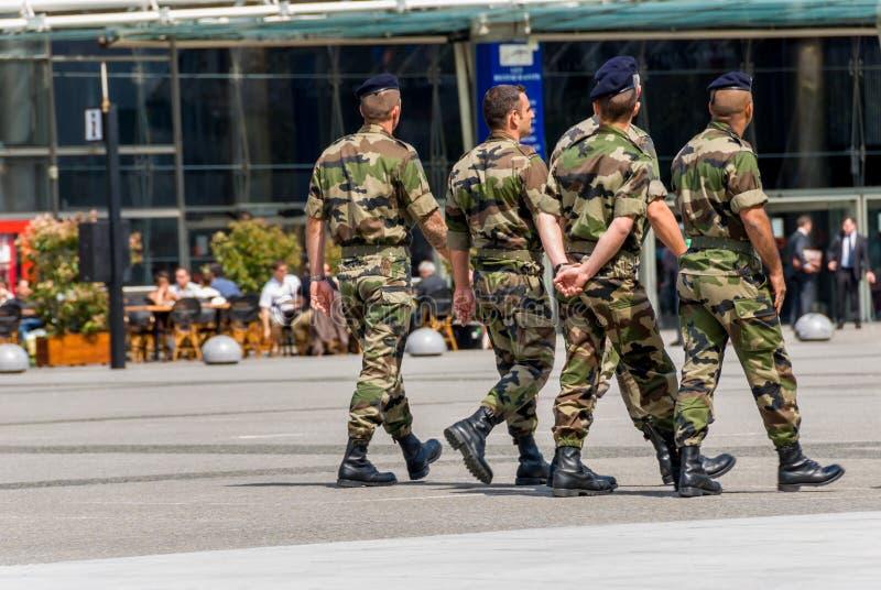 La-defensie, Frankrijk - MAI 12, 2007: Franse militaire die patrouille aan het toezicht op een bedrijfsdistrict dichtbij Parijs w stock afbeelding