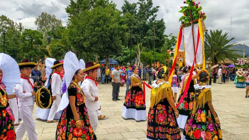 La delegazione locale sta cominciando la parata di Guelaguetza immagini stock libere da diritti