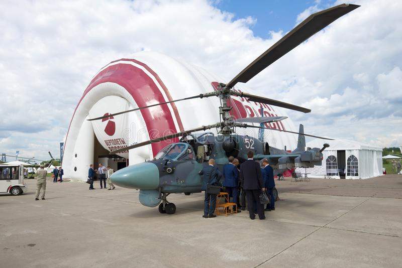 La delegazione ufficiale ispeziona l'elicottero Ka-52 di ricognizione-colpo di combattimento Airshow MAKS-2017 immagine stock