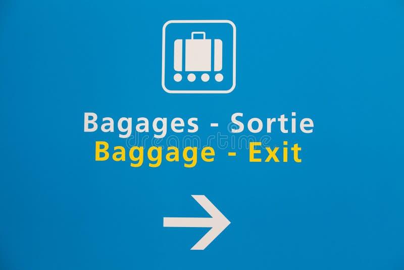 La demanda y la salida de equipaje firman adentro un aeropuerto foto de archivo