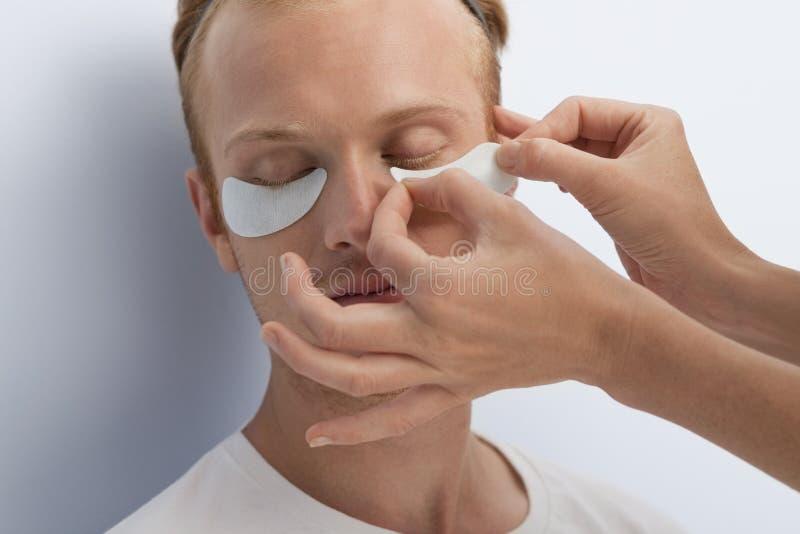 La demande de règlement cosmétique faciale de l'homme. photo stock