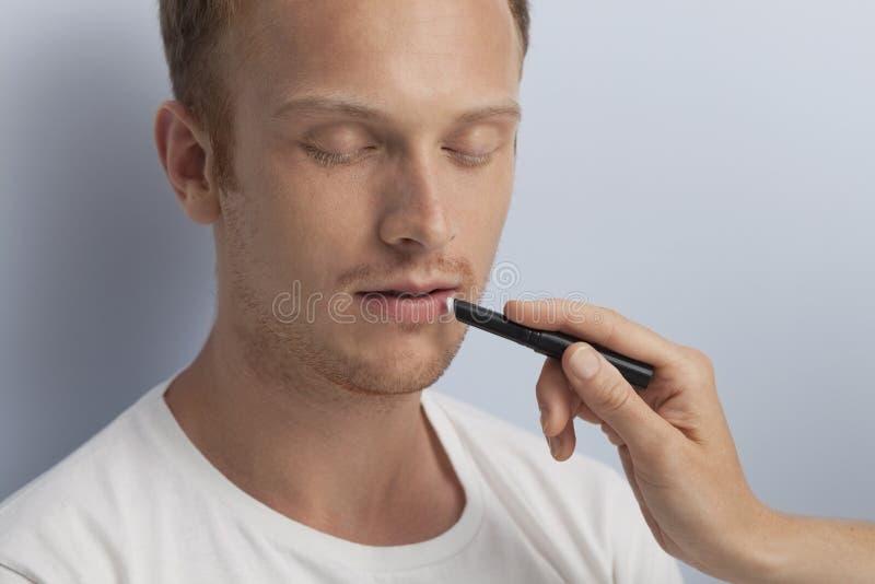 La demande de règlement cosmétique faciale de l'homme. photo libre de droits