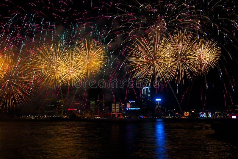 La demostración china de los fuegos artificiales del Año Nuevo fotos de archivo