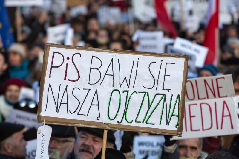 La demostración del comité de la defensa de los medios /wolne medios de la democracia KOD gratis y democracia contra PIS g foto de archivo