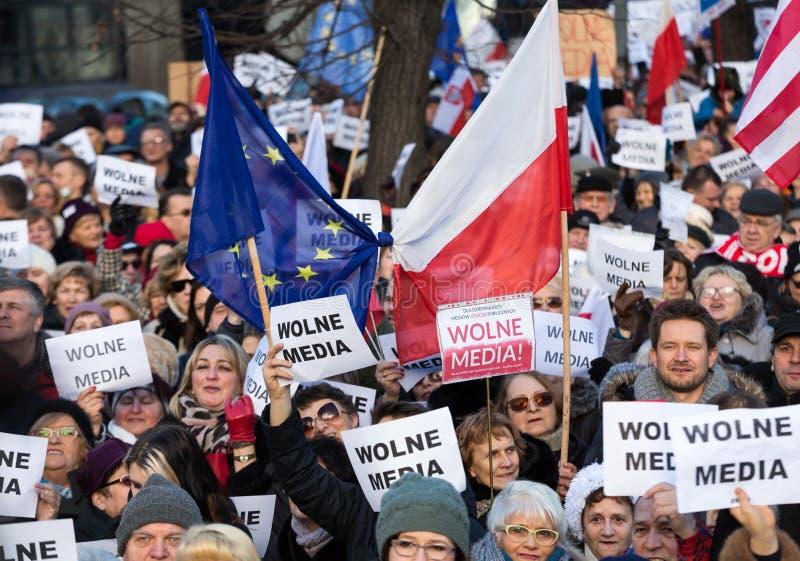 La demostración del comité de la defensa de los medios /wolne medios de la democracia KOD gratis y democracia contra PIS g imagenes de archivo