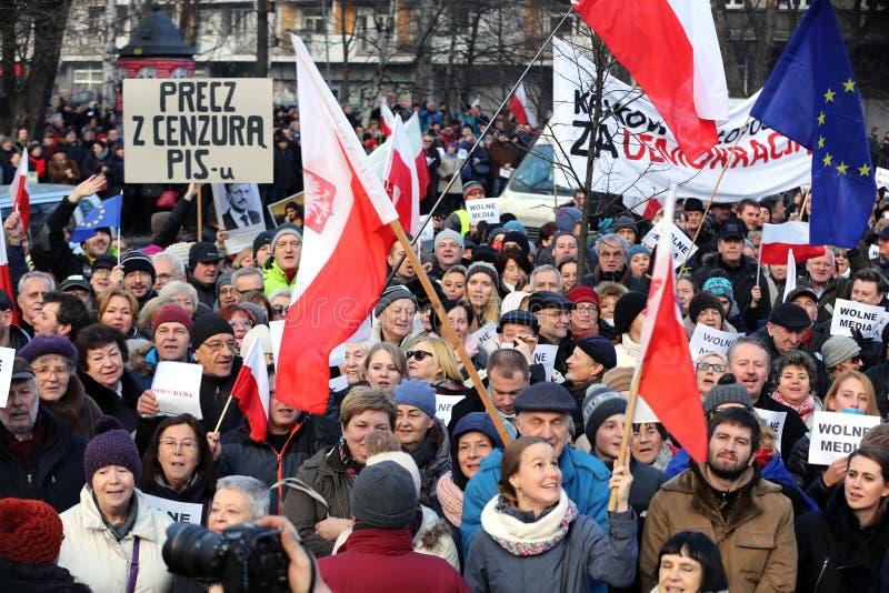 La demostración del comité de la defensa de los medios /wolne medios de la democracia KOD gratis y democracia contra PIS g fotos de archivo libres de regalías