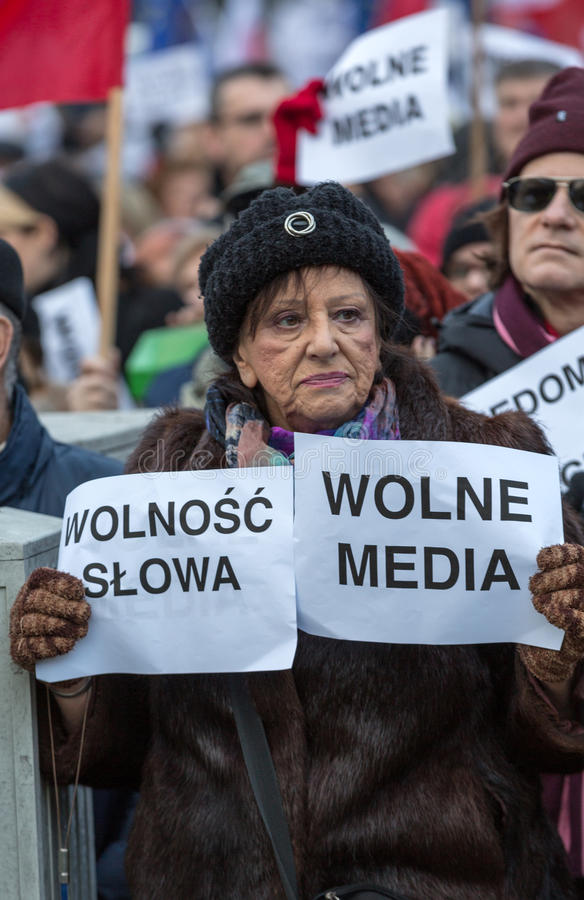 La demostración del comité de la defensa de los medios /wolne medios de la democracia KOD gratis y democracia contra PIS g imagen de archivo libre de regalías