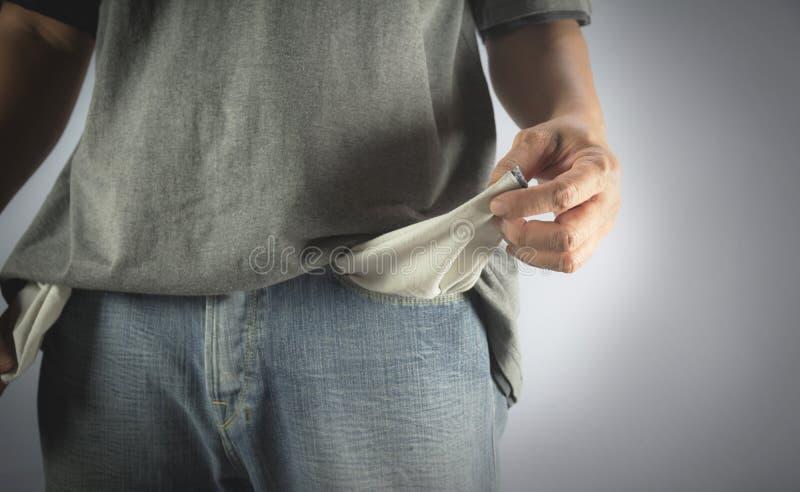 La demostración del hombre no tiene ningún dinero resultando el bolsillo fotografía de archivo