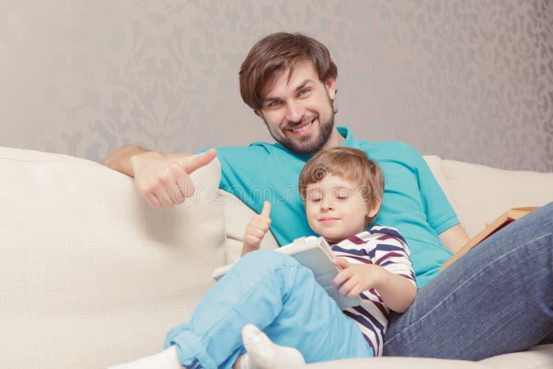 La demostración del padre y del hijo manosea con los dedos para arriba imagen de archivo libre de regalías
