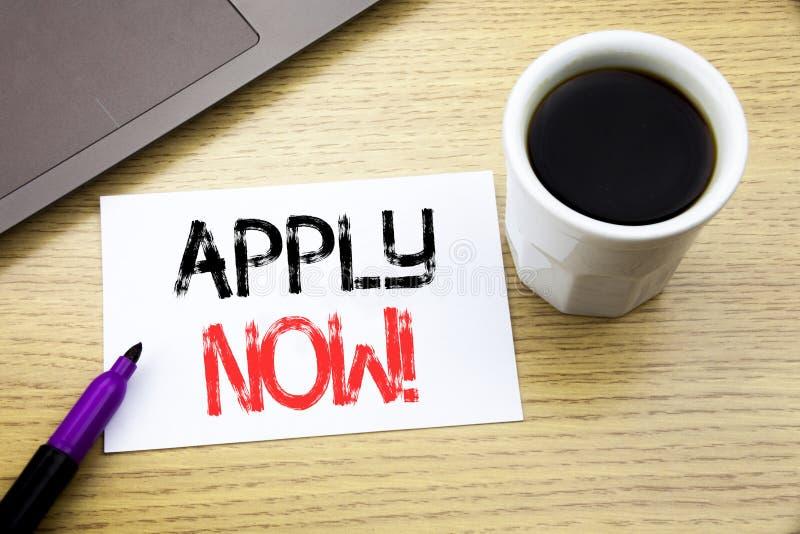 La demostración del texto del aviso de la escritura ahora se aplica Concepto del negocio para Job Hiring Application escrito en e fotografía de archivo libre de regalías