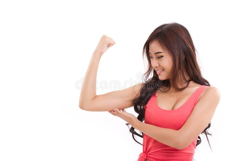 La demostración deportiva de la mujer, comprobando su bíceps arma el músculo imágenes de archivo libres de regalías