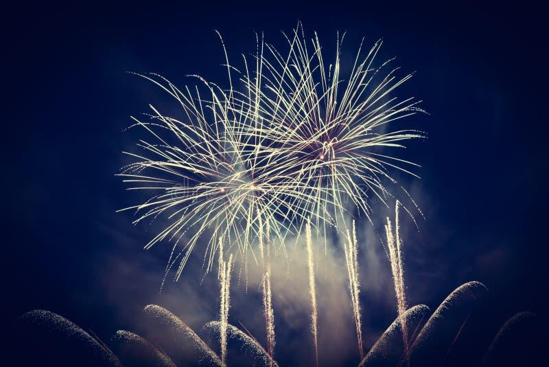 La demostración espectacular de los fuegos artificiales enciende para arriba el cielo Celebración del Año Nuevo imágenes de archivo libres de regalías
