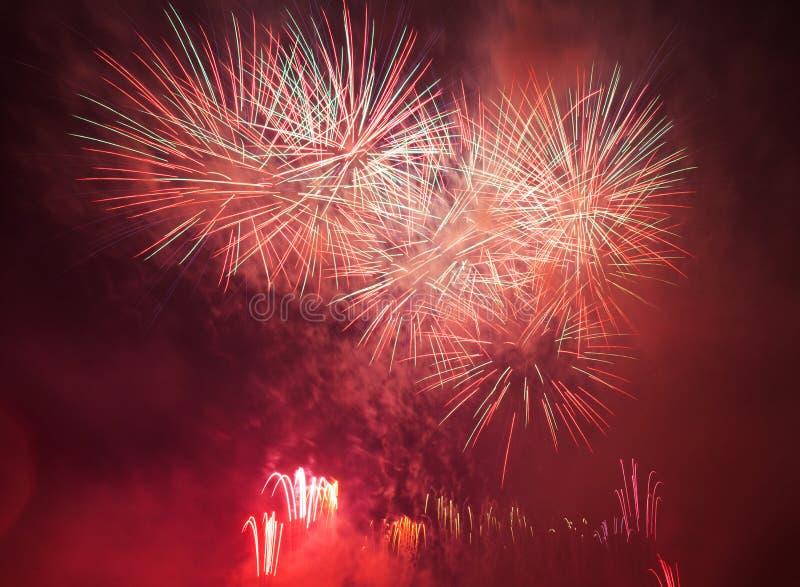 La demostración espectacular de los fuegos artificiales enciende para arriba el cielo Celebración del Año Nuevo fotos de archivo libres de regalías