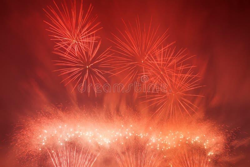 La demostración espectacular de los fuegos artificiales enciende para arriba el cielo Celebración del Año Nuevo foto de archivo libre de regalías