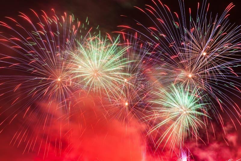 La demostración espectacular de los fuegos artificiales enciende para arriba el cielo Celebración del Año Nuevo fotos de archivo