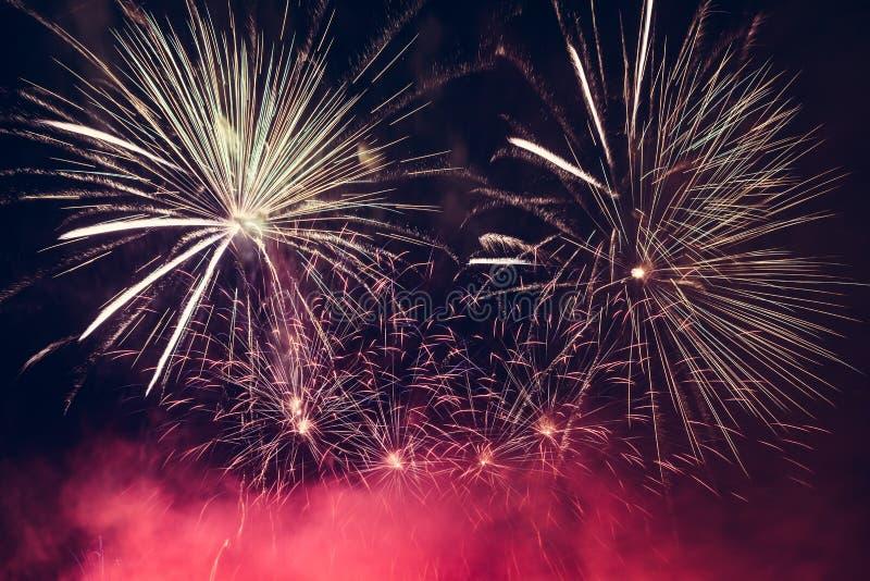 La demostración espectacular de los fuegos artificiales enciende para arriba el cielo Celebración del Año Nuevo fotografía de archivo libre de regalías