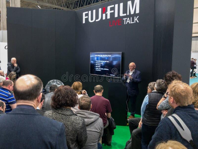 La demostraci?n de la fotograf?a, Birmingham, Reino Unido, marzo, 17, 2019: Brian Lloyd Duckett que presenta en el soporte de Fuj imagen de archivo libre de regalías