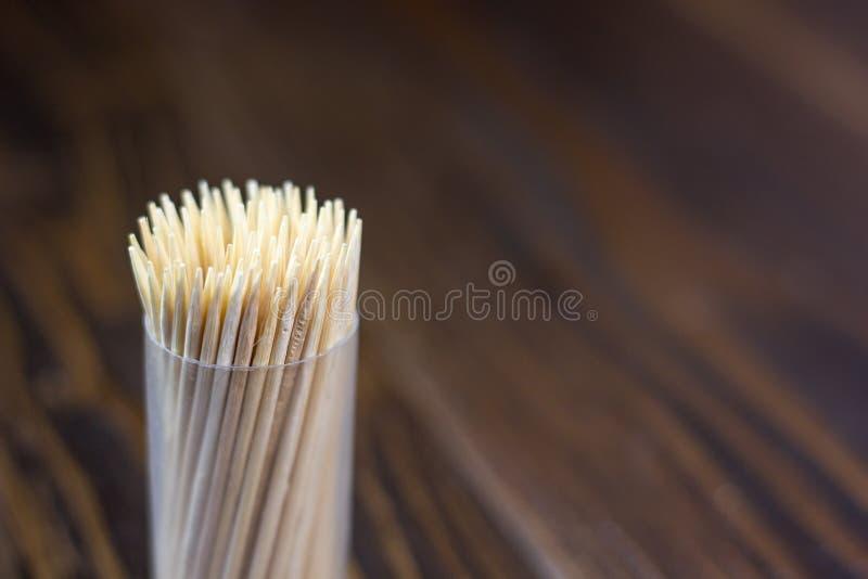 La dent dentaire de Babmoo sélectionne sur une table en bois foncée photo libre de droits