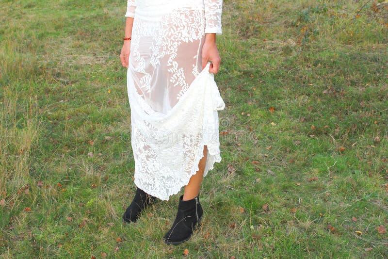 La dentelle blanche de robe de femme modèle la nature extérieure image libre de droits