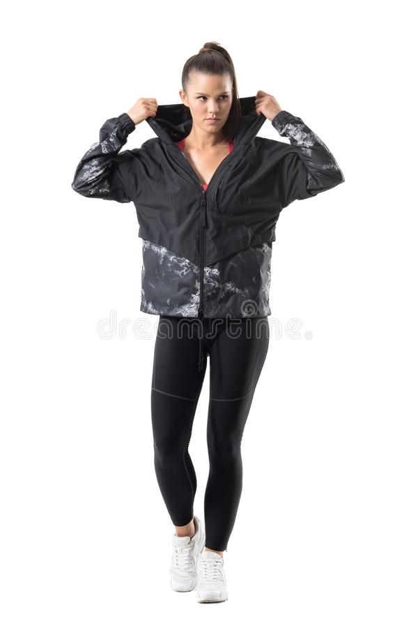 La deportista confiada enfocada puesta en sudadera con capucha del chándal consigue vestida para activar de la estación del otoño fotografía de archivo libre de regalías