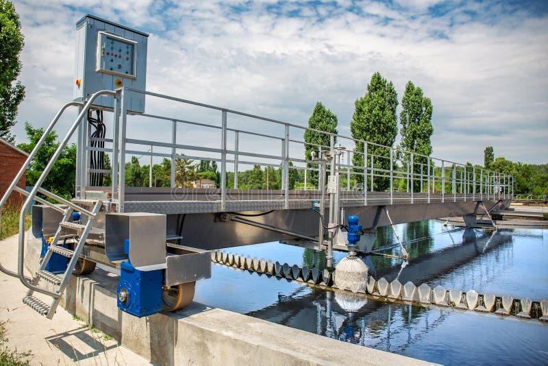 La depuradora de aguas residuales moderna con las charcas redondas para recicla el agua de aguas residuales sucia imagen de archivo