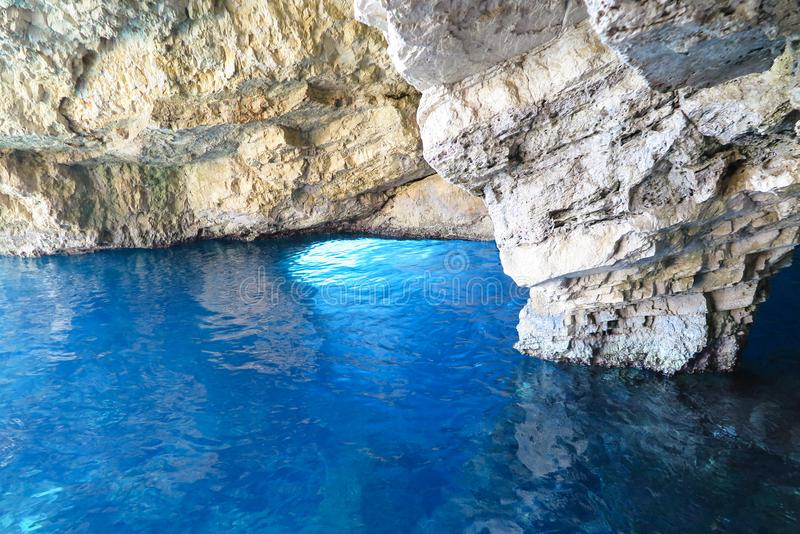 La derecha azul azul clara de la superficie del mar debajo de la montaña rocosa imágenes de archivo libres de regalías
