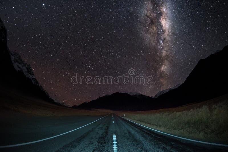 La derecha de la galaxia de la vía láctea de la imagen del cielo nocturno en el medio de un camino imagen de archivo libre de regalías