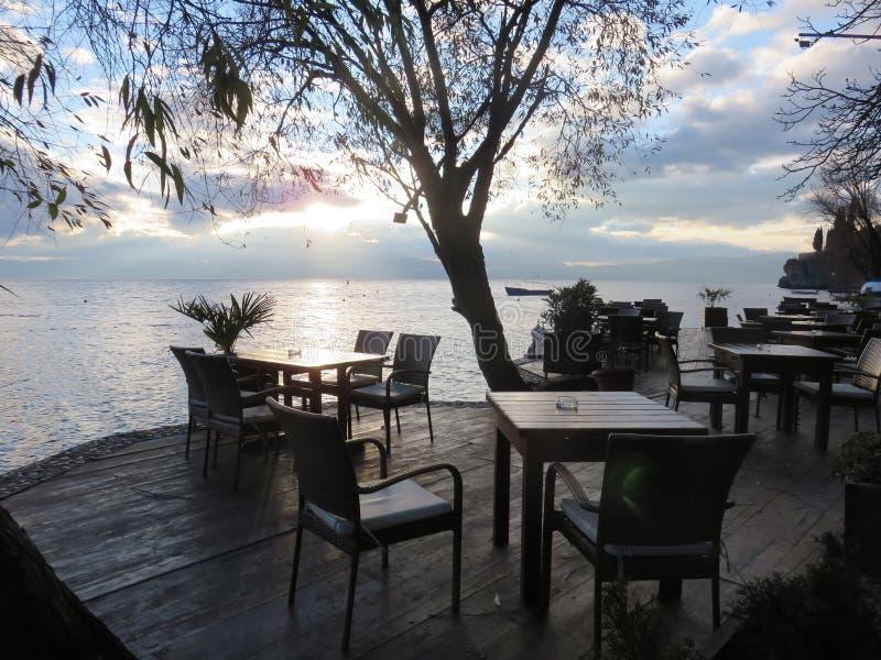 La derecha de la terraza al lado del lago Ohrid fotos de archivo