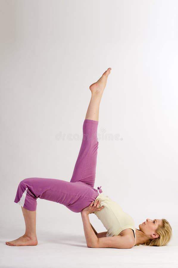 La derecha del puente de la yoga imágenes de archivo libres de regalías
